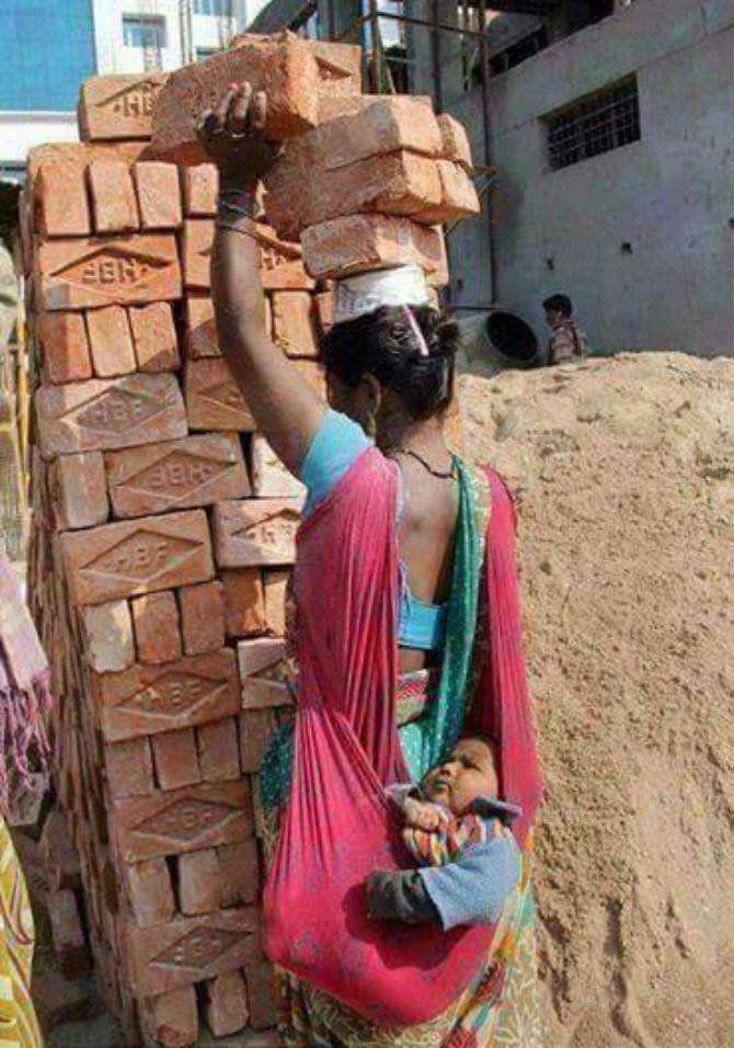 5. Mengangkut batu bata dengan tetap berhati- hati sambil menjaga keselamatan buah hati tercinta