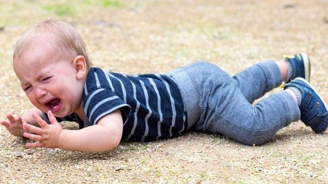 Seorang anak yang tak bisa mengekspresikan kekesalannya melakukan tantrum