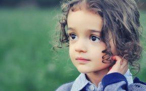 Anak cantik pendiam dan pemalu