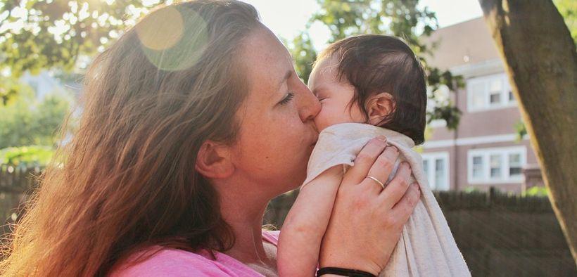 Hati- hati! Sembarangan Mencium Bayi Bisa Sebabkan Infeksi 10 Penyakit Ini