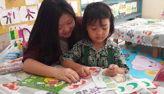 Aktifitas melatih motorik halus anak