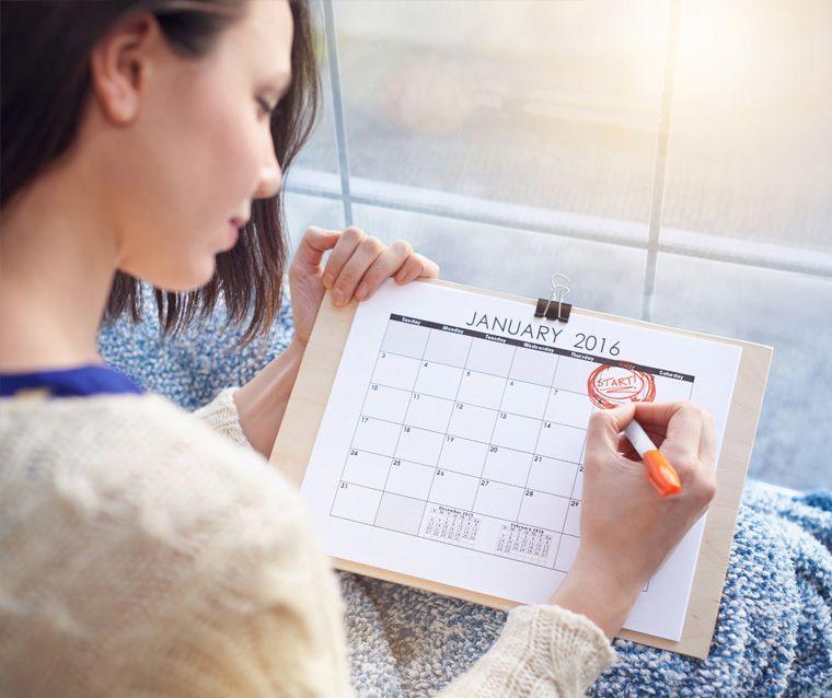 Mencatat siklus haid di kalender untuk menghitung masa subur